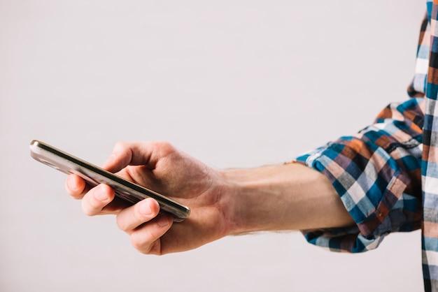 Homem com smartphone Foto gratuita