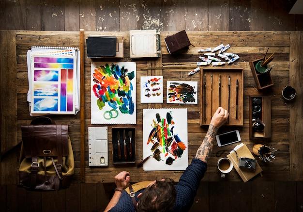 Homem, com, tatuagem, ligado, seu, mãos, fazendo, quadro Foto Premium