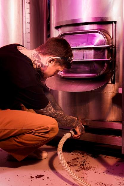 Homem, com, tatuagens, produzir, cervejas artesanais Foto gratuita