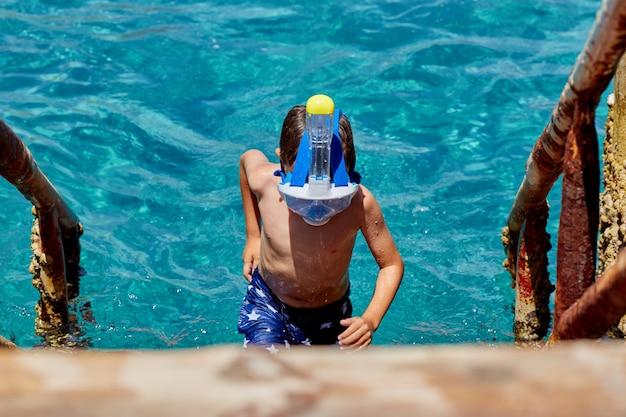 Homem com tuba de máscara de snorkel e snorkel no mar. mergulho, natação, férias. Foto Premium