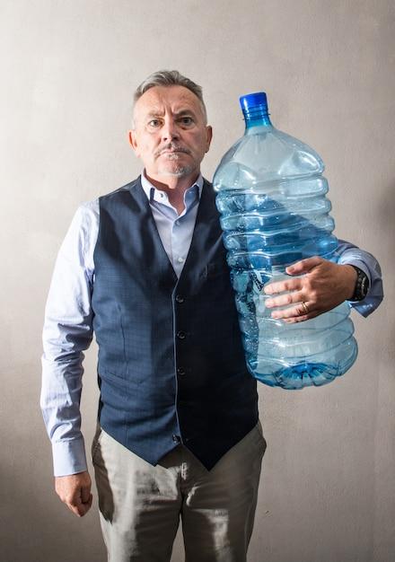 Homem, com, um, gigante, garrafa água Foto Premium