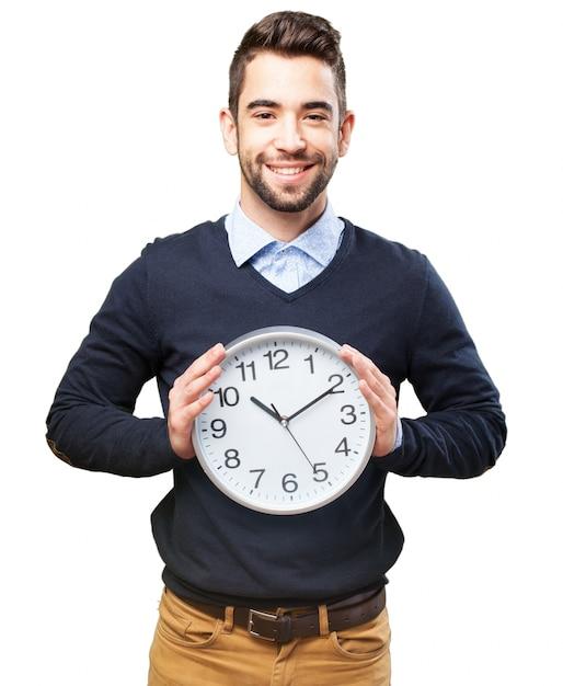 Homem com um relógio gigante Foto gratuita