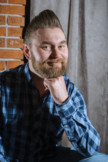 Homem com uma barba cabelo bonito e carinho Foto Premium