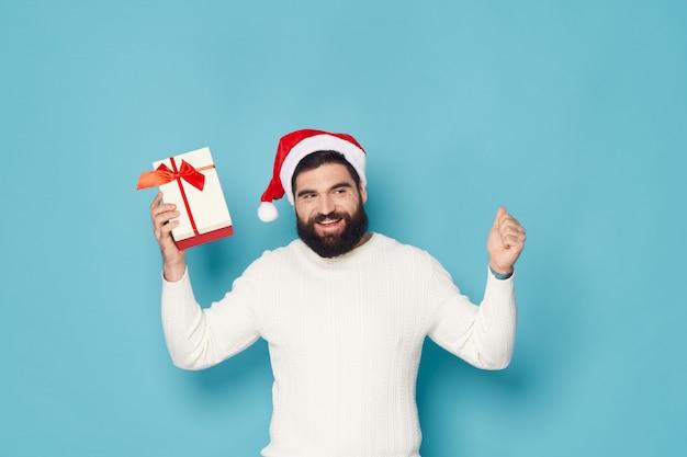 Homem com uma barba posando no estúdio natal e ano novo Foto Premium