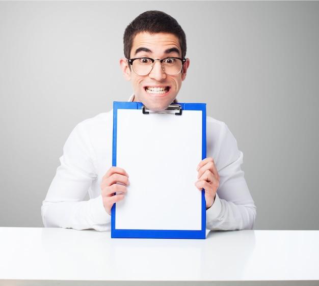 Homem com uma lista de verificação Foto gratuita