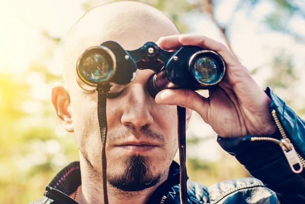 Homem, com, vindima, binóculos, ao ar livre Foto Premium