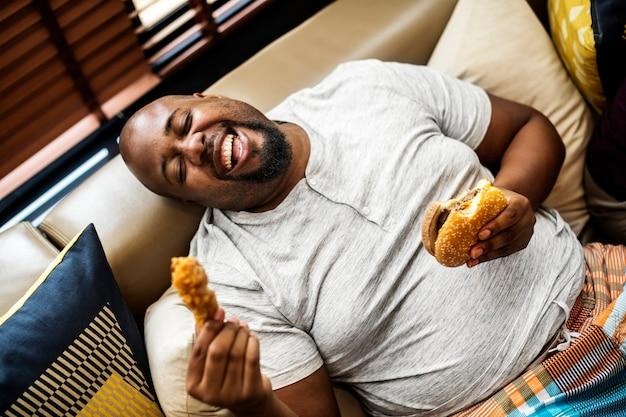 Homem, comer, um, grande, hamburger Foto gratuita