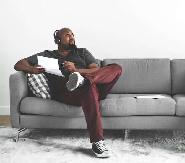 Homem, compondo, um, novo, canção Foto Premium