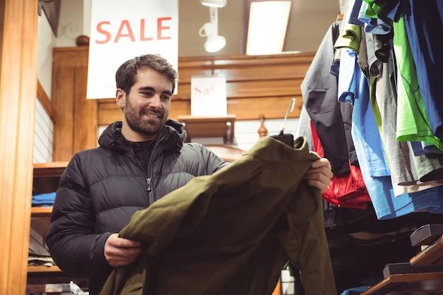 Homem comprando em uma loja de roupas Foto gratuita