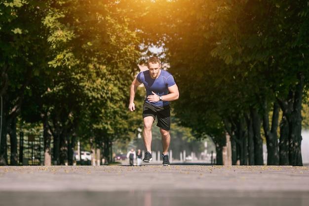 Homem correndo no parque de manhã. conceito de estilo de vida saudável Foto gratuita