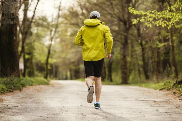 Homem correndo pela manhã em um parque Foto Premium