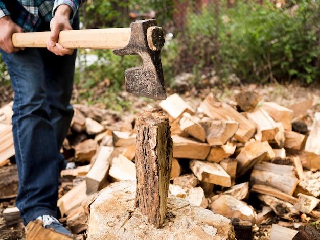 Homem cortando um pouco de madeira Foto gratuita