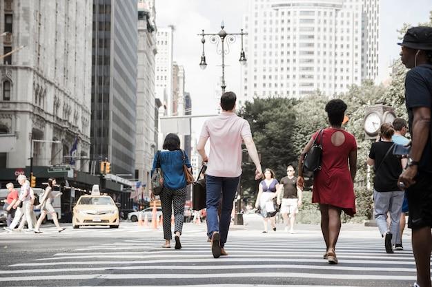 Homem, cruzando estrada, ligado, rua ocupada Foto Premium