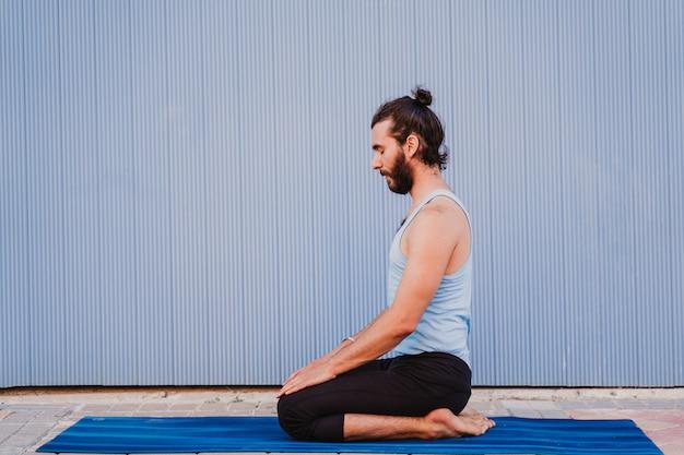 Homem da cidade praticando esporte de ioga Foto Premium