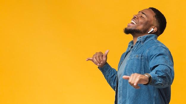 Homem dançando vista lateral Foto Premium