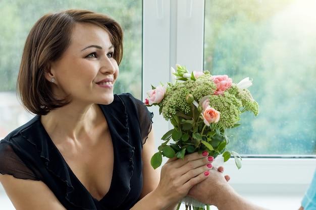Homem, dar, buquê flores, e, surpreendido, mulher Foto Premium