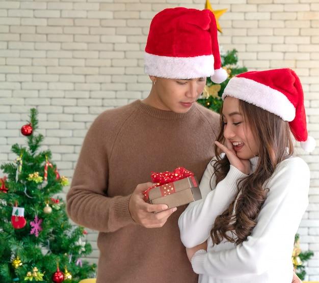Homem, dar, menina, presente natal Foto Premium
