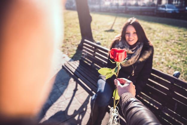 Homem, dar, mulher, um, rosa vermelha Foto Premium