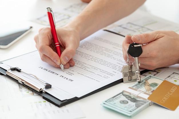 Homem de alto ângulo, assinando um contrato para uma nova casa Foto gratuita