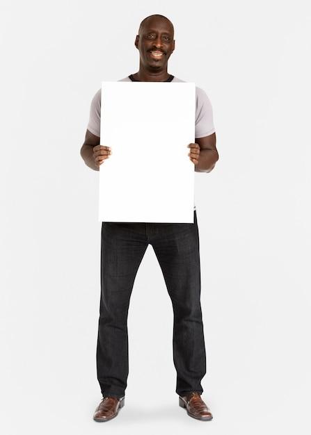 Homem de ascendência africana segurando cartaz Foto Premium