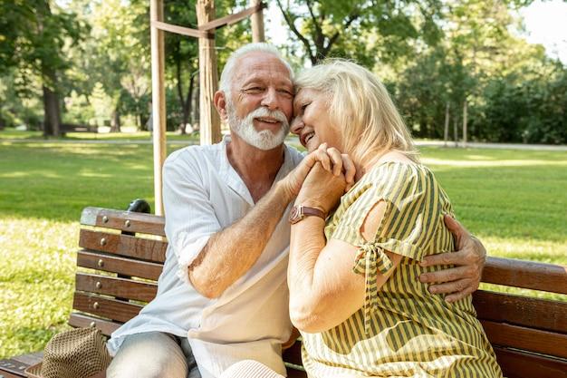 Homem de barba animado abraçando uma mulher Foto gratuita