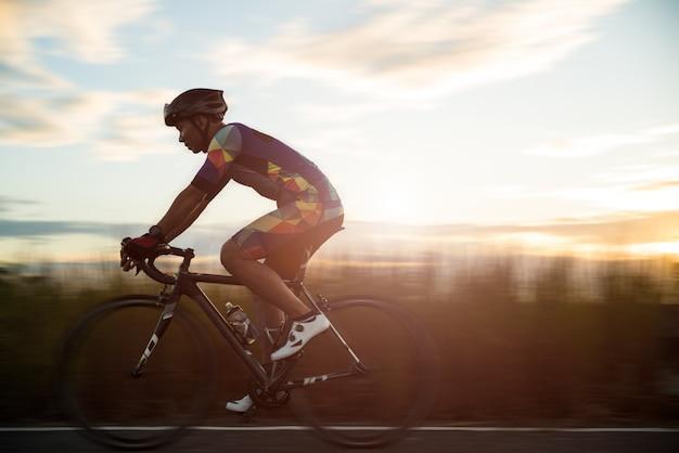 Homem de bicicleta de estrada de manhã, conceito de desporto Foto Premium