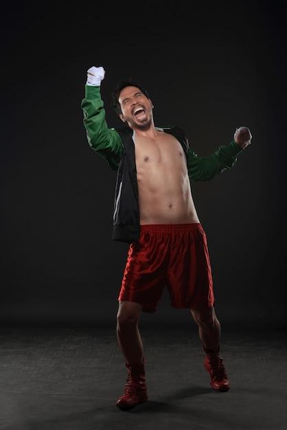 Homem de boxer expressão asiática com as mãos no envoltório Foto Premium