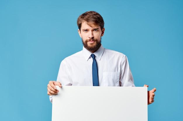 Homem de camisa com gravata maquete branca anúncio apresentação azul espaço da cópia. Foto Premium