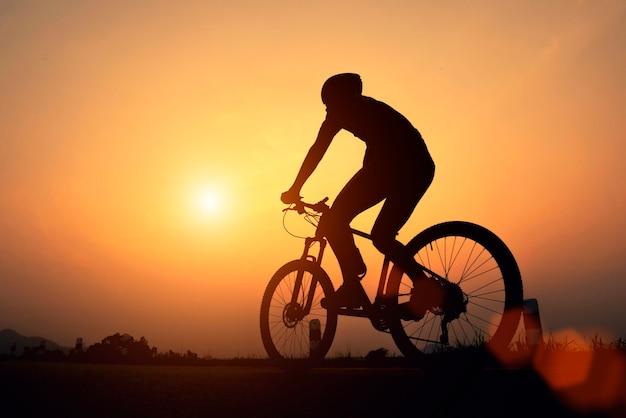 Homem de ciclista de bicicleta de estrada ciclismo. andar de bicicleta desportiva fitness atleta andar de bicicleta Foto Premium