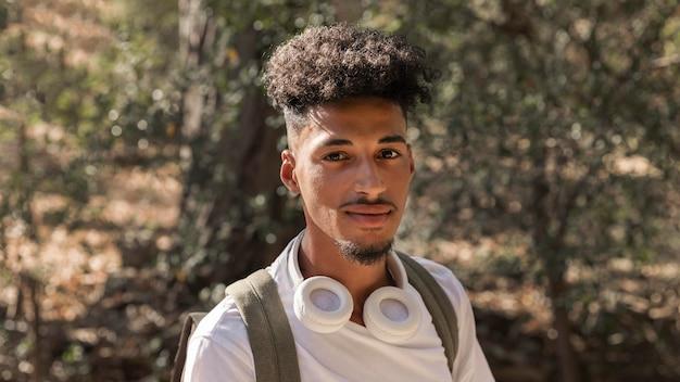 Homem de close-up com fones de ouvido Foto gratuita