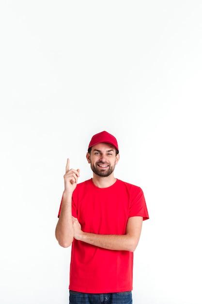 Homem de correio em pé apontando o dedo para cima Foto gratuita