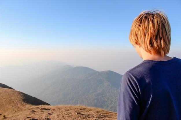 Homem de costas olhando para um vale Foto gratuita
