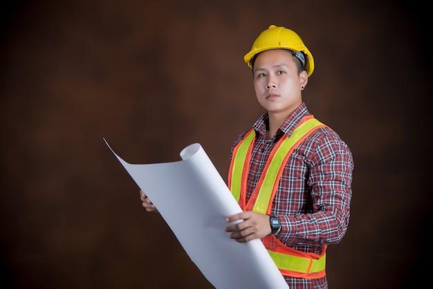 Homem de engenheiro, conceito de trabalhador de construção, impressão azul Foto gratuita