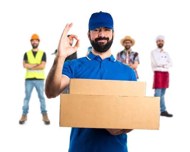 Homem de entrega que faz sinal de OK Foto Premium
