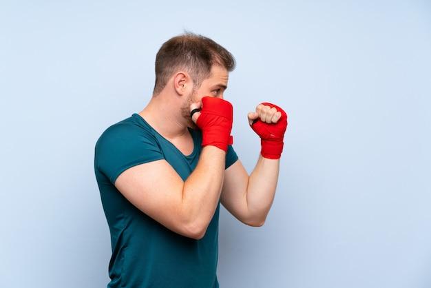 Homem de esporte loiro em ataduras de boxe Foto Premium