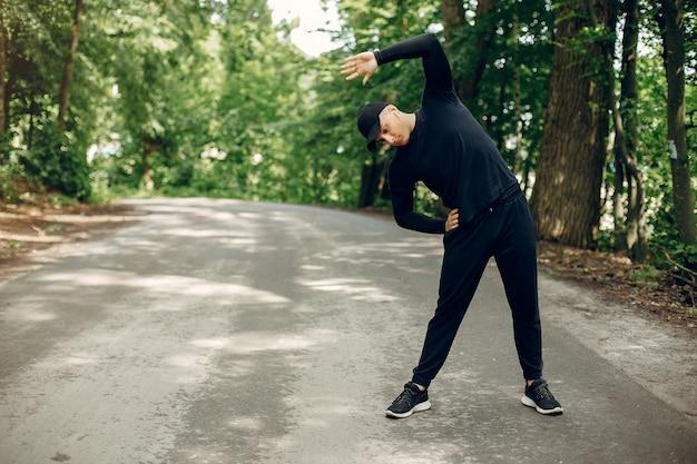 Homem de esportes em um parque de verão de manhã Foto gratuita