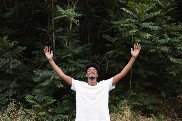 Homem de frente se sentindo livre Foto gratuita