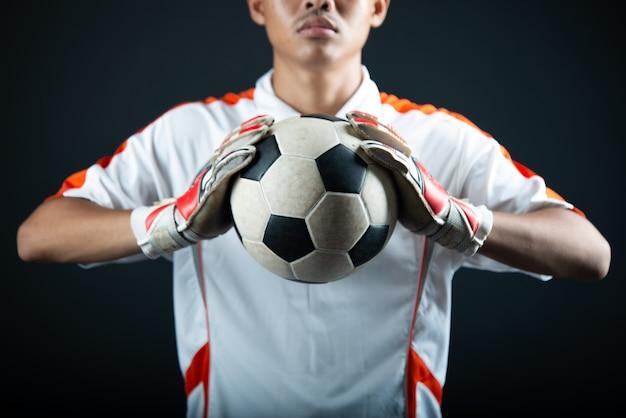 Homem de futebol jovem goleiro isolado da equipe de futebol da academia Foto gratuita