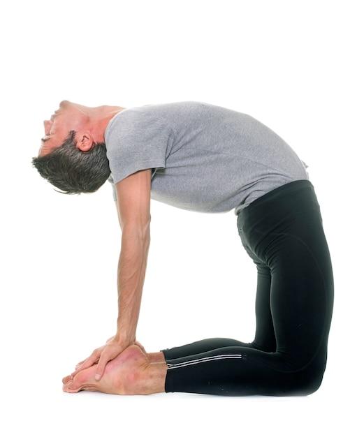 Homem de ioga isolado Foto Premium