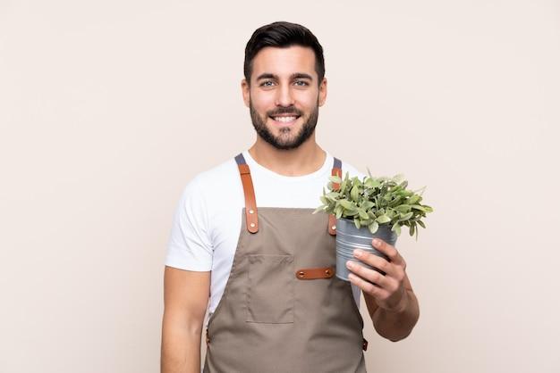 Homem de jardineiro sobre parede isolada Foto Premium