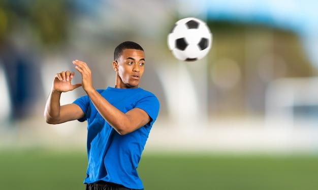 Homem de jogador de futebol americano africano ao ar livre Foto Premium