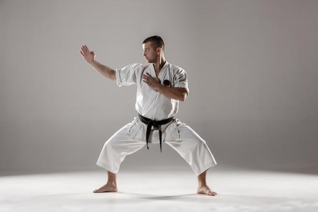 Homem de karatê de treinamento de quimono branco Foto gratuita