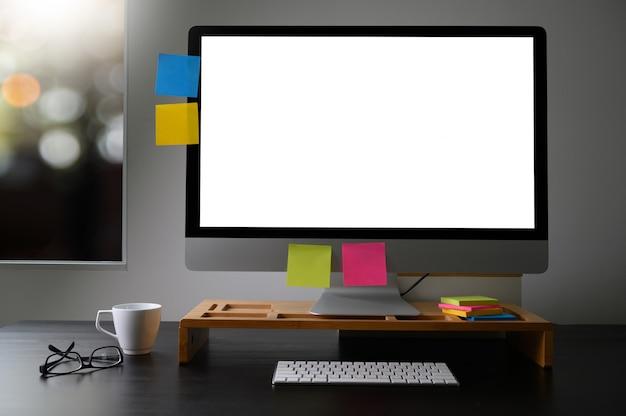 Homem de mão de homem de negócios trabalhando no computador portátil na mesa de madeira laptop com tela em branco na mesa Foto Premium