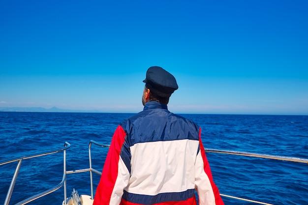 Homem de marinheiro de vela traseira homem mar de vela em um barco Foto Premium