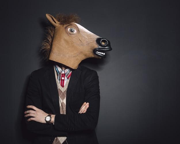 Homem de máscara de cavalo em estúdio Foto gratuita