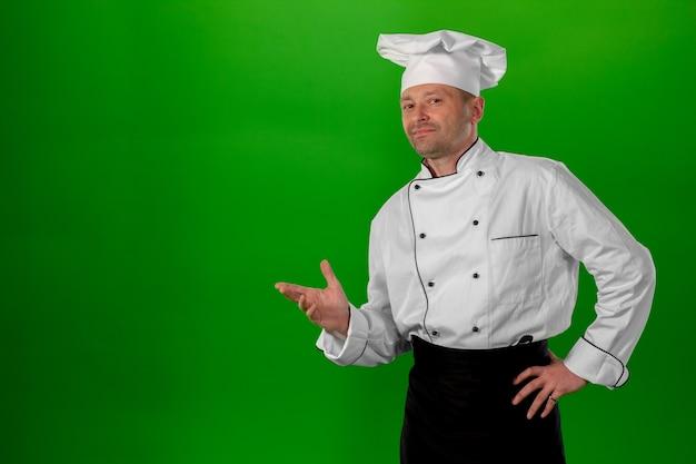 Homem de meia idade branco sobre um fundo verde Foto Premium