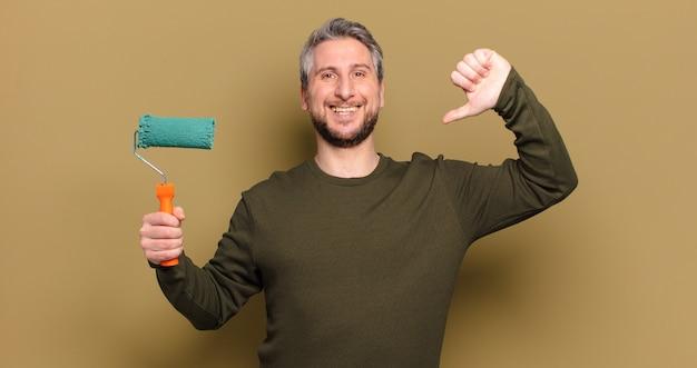Homem de meia-idade com conceito de decoração de pintura a rolo Foto Premium