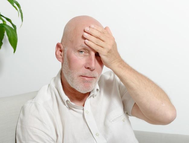 Homem de meia idade com dor de cabeça Foto Premium