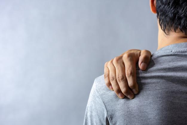 Homem de meia idade tem dor no ombro. Foto Premium