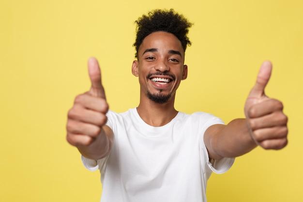 Homem de negócios afro-americano feliz isolado no fundo amarelo. Foto Premium
